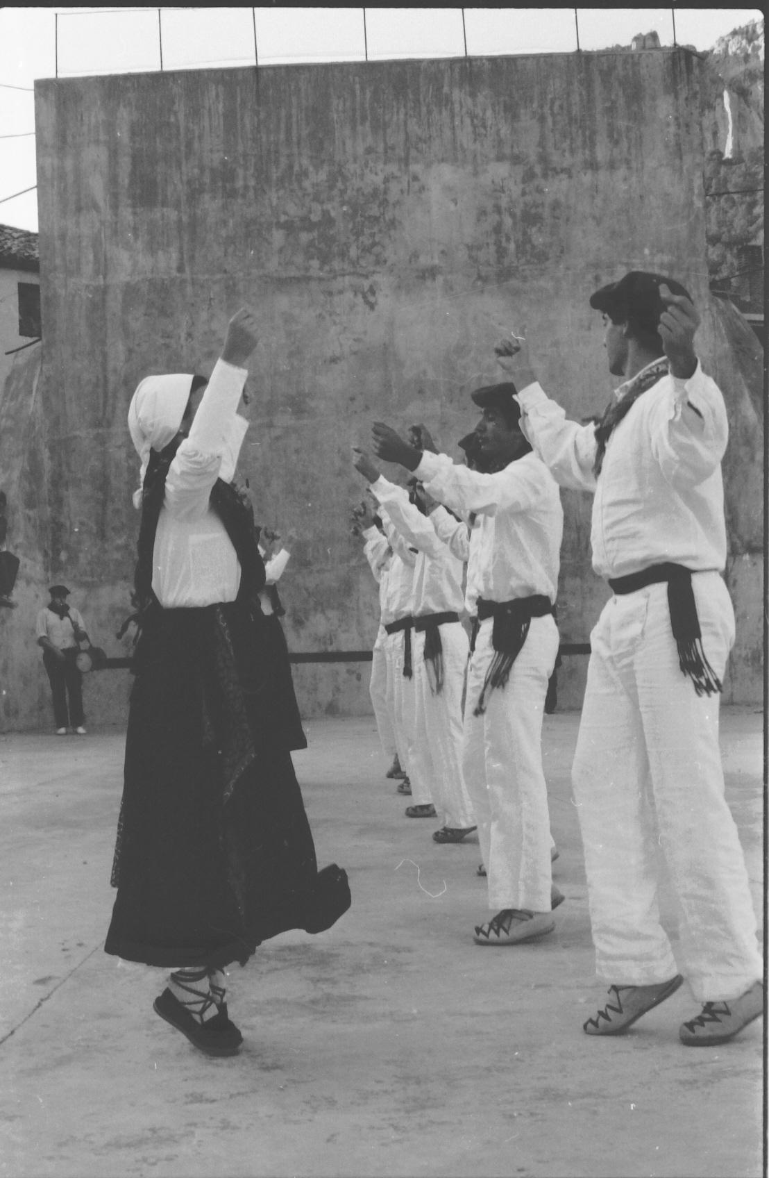 Ingurutxo de Lakuntza. Ortzadar Dantzari Taldea (Arg. Ortzadar-Joseba Mairal)