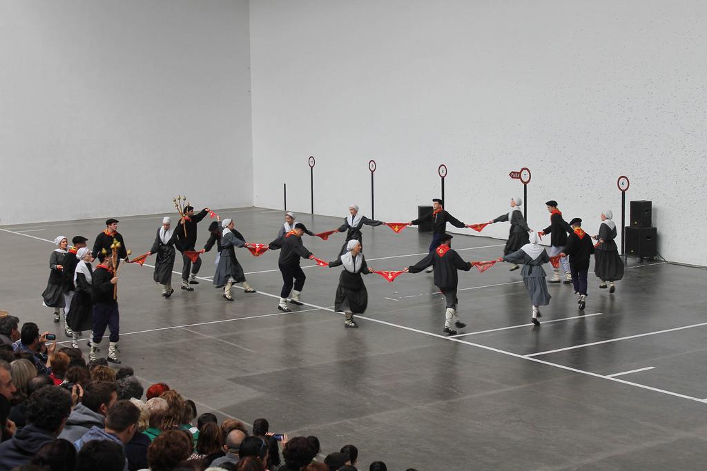 Luzaide. 2017. Dantza Luzea. Iturria: Dantzan.eus. Maite Irizar