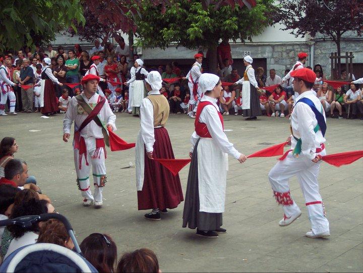 Lesaka, 2007. Neska dantza. Ir.: Rafael Eneterreaga
